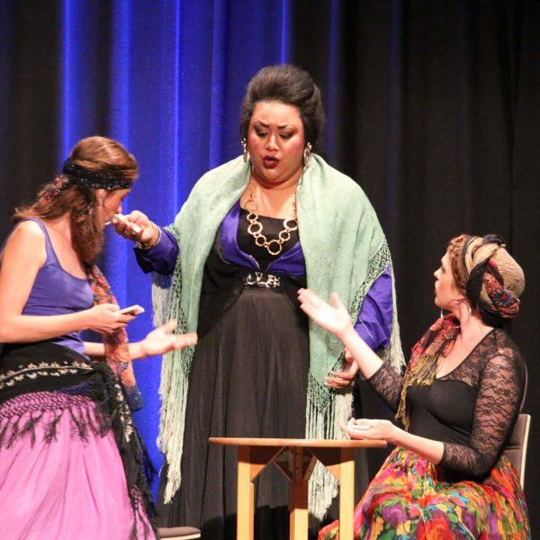 Carmen, Mercédès und Frasquita befragen die Karten nach der Zukunft